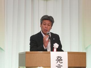 議事提案する塩道常務理事.jpg